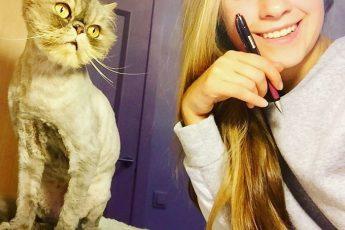 Занда учит предметы вместе с кошкой