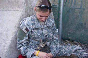 солдат с кошкой на руках